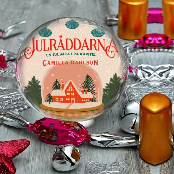 bokomslaget till boken Julräddarna av Camilla Dahlsson inuti en glaskula på ett träbord med ljus och nyårspynt utspritt runt sig.