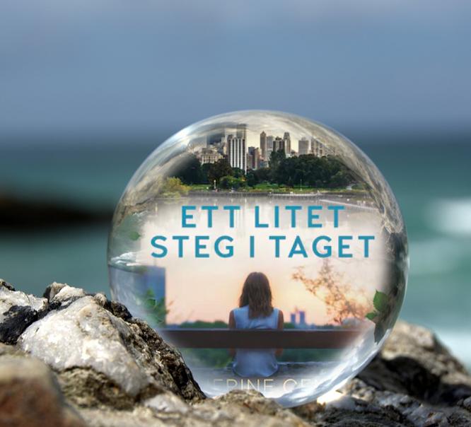 Omslaget till boken Ett litet steg i taget av Katherine Center inuti en liten glaskula som är på en havsklippa med havet i bakgrunden.