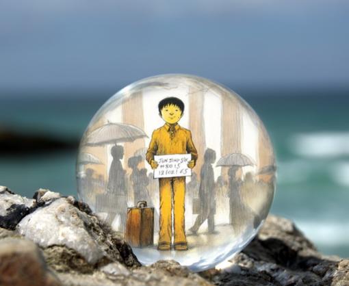 Omslaget till boken Hudfärg: honung del tre av Jung inuti en liten glaskula som är på en havsklippa med havet i bakgrunden.