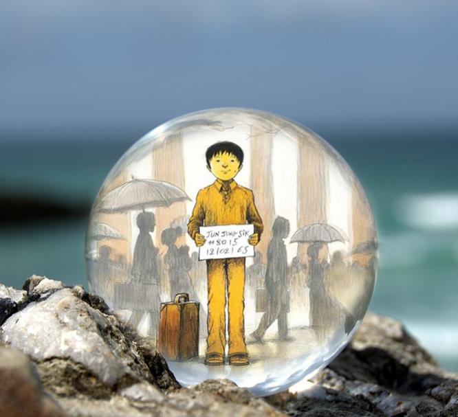 Omslaget till boken Hudfärg: honung. Del 3 av Jung inuti en liten glaskula som är på en havsklippa med havet i bakgrunden.