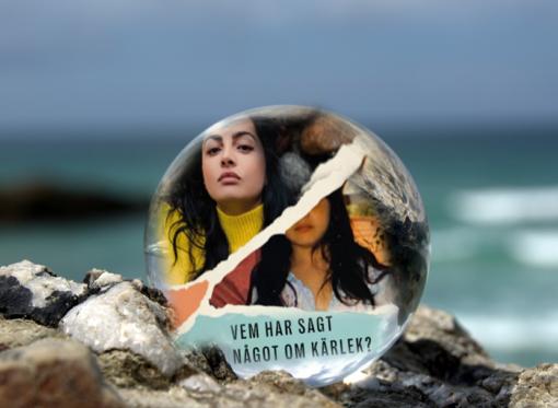 Omslaget till boken Vem har sagt något om kärlek? av Elaf Ali inuti en liten glaskula som är på en havsklippa med havet i bakgrunden.