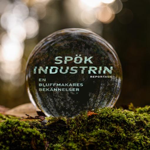 Omslaget till boken Spökindustrin: reportage - en bluffmakares bekännelser av Alexander Bygdén inuti en liten glaskula som är på en bädd av mossa.